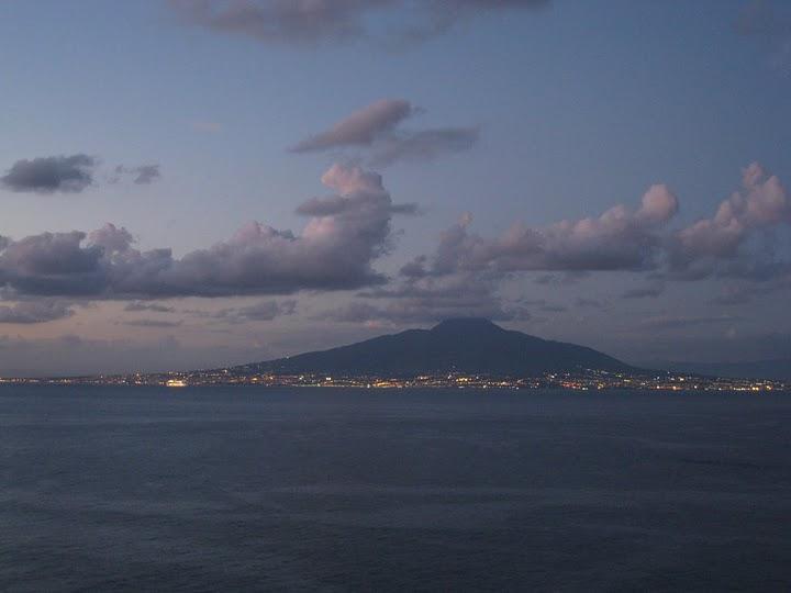 晚上的 Mount Vesuvius