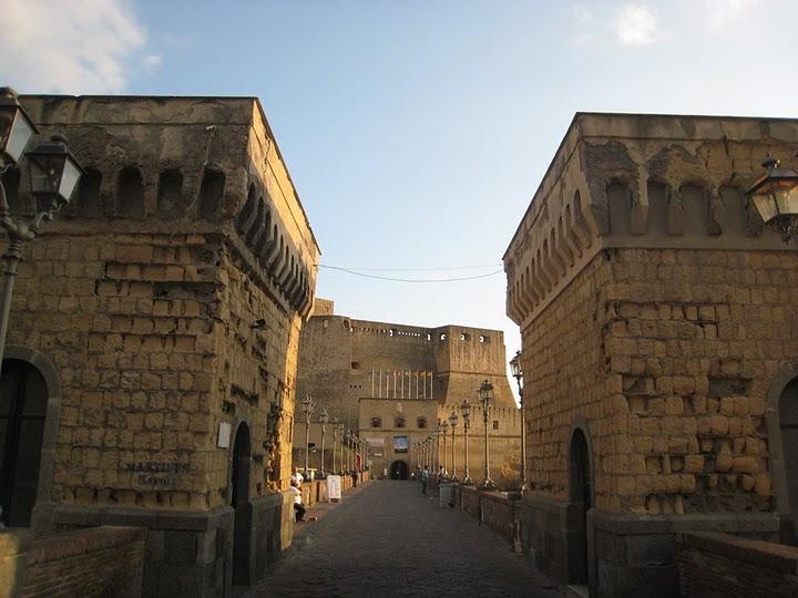 Castel dell'Ovo 的橋