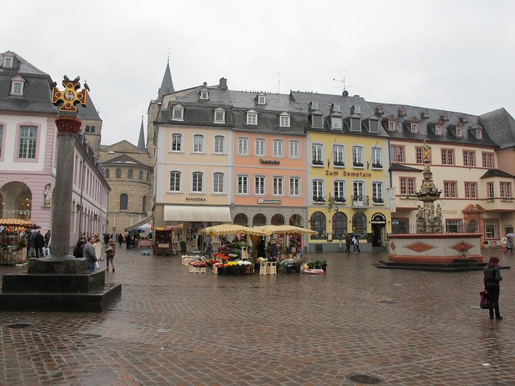 左邊的十字架是仿Marktkreuz,建於958年,真的存放在市立博物館
