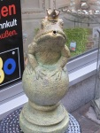 在這充滿歷史的城裡連青蛙都O咀