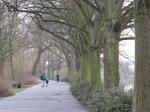莫色耳河(Mosel)畔散步的父子