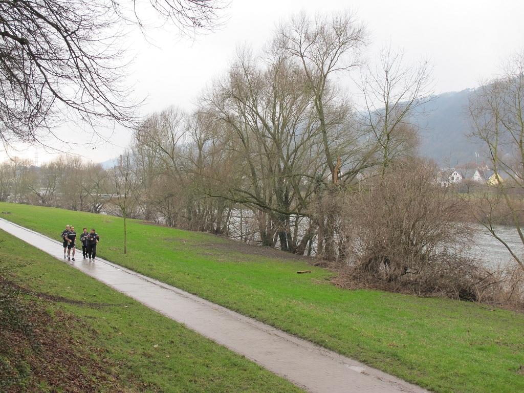 河邊跑步中