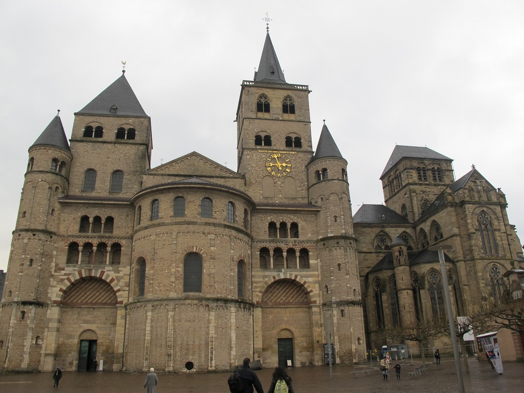 左邊是Cathedral of Trier 右邊是Church of Our Lady