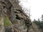 往右看會發現一些被侵蝕的巨石