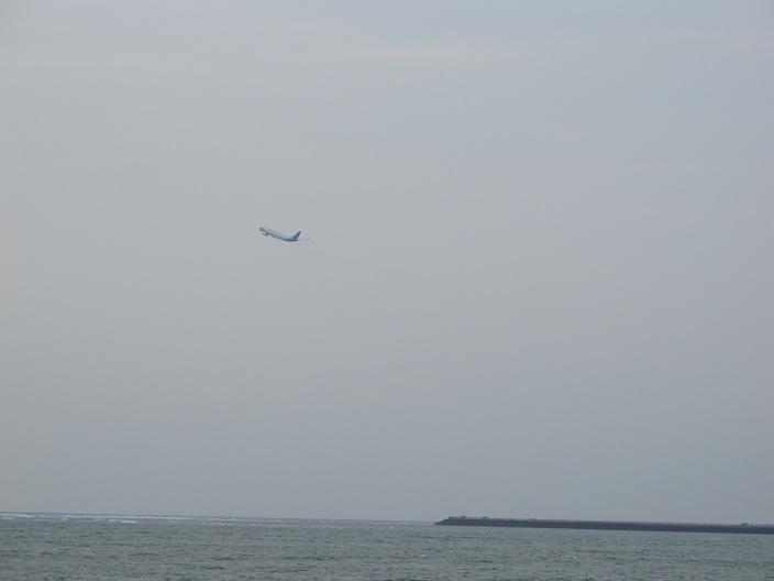 沙灘的右面就是機場