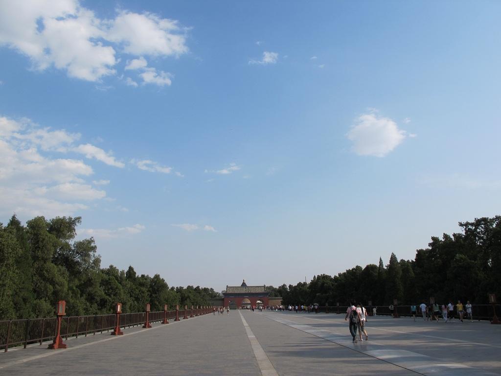旁邊的路人說不同人走不同門,中間當然是皇帝的私家路