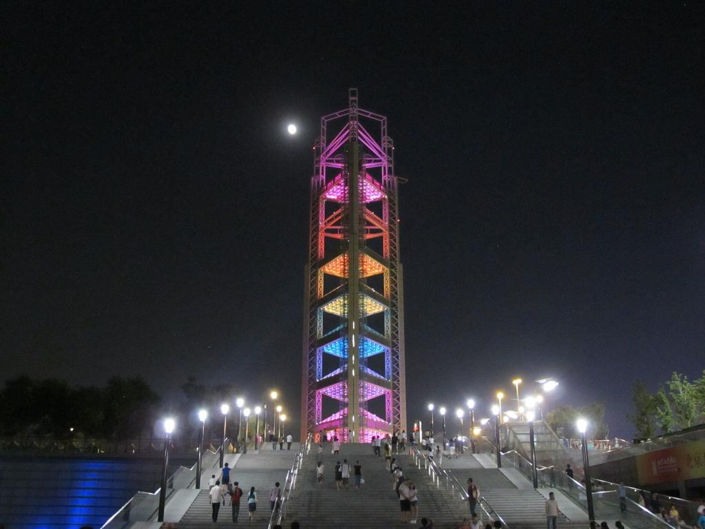 往奧運場館途中的變色塔