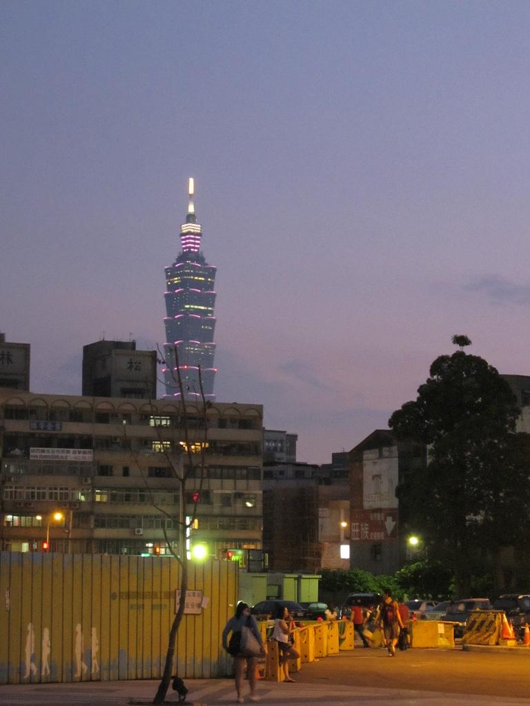 松山站外可看到臺灣101